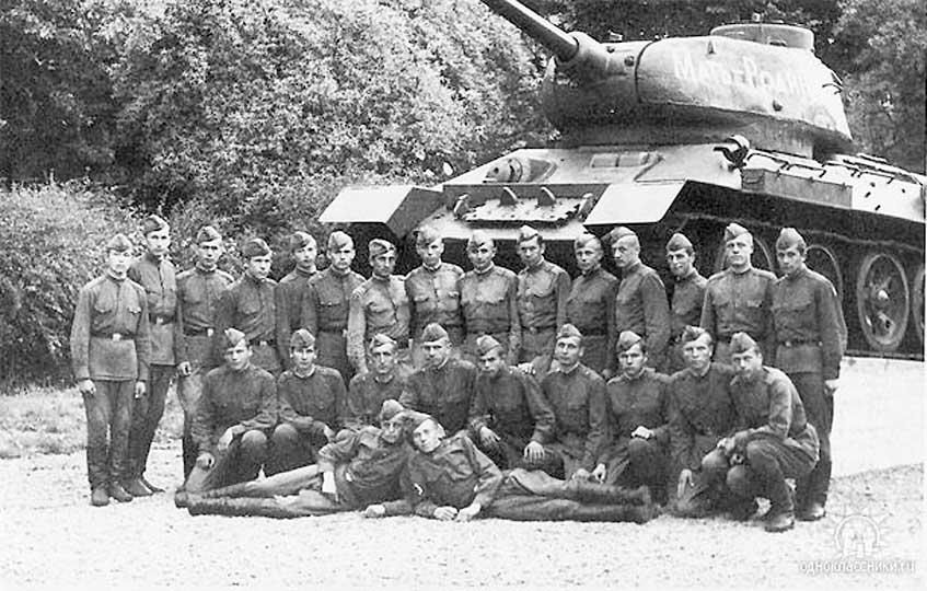 На странице проигрывается песня военных лет священная война (музыка: аалександров слова: влебедев-кумач 1941 г