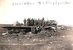Немецкие солдаты усгоревшего на аэродроме Ил-4.